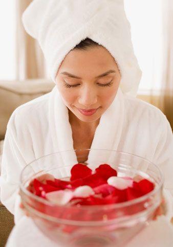 Cilt Temizliği  • Bir kaba 2 yemek kaşığı kil, 3 yemek kaşığı gülsuyu ve 1 çay kaşığı zeytinyağını koyup iyice karıştırın ve koyulaşıncaya kadar iyice kaynatın.Yüzünüzü yıkadıktan sonra bu karışımı göz ve dudağın kenarları hariç cildinize sürün. 5 ya da 7 dakika beklettikten sonra yüzünüzü yıkayın. Bu gül maskesi cildin kirlerini ve fazla yağlarını alıp temizler. Gül kokusu cildi rahatlatır ve besler.   • 4 litre üzüm sirkesi içine 10 avuç kuru gül yaprağını ekleyip karıştırın. 15–20 gün güneşte tutup süzün. Gargara, losyon, makyaj temizleyicisi olarak kullanabilirsiniz.   • Üç avuç taze gül yaprağını beş dakika suda kaynatın sonra bir çay kaşığı dövülerek toz haline getirdiğiniz ıhlamur yaprağından, bir çorba kaşığı taze kaymak, bir tatlı kaşığı süzme bal ilâve edin.Hazırlanan karışım krem kıvamına gelinceye kadar kestane unu ilave ederek karıştırın. Cildin parlak, nemli ve güzel olmasını sağlayan bu karışımı yüzünüze sürebilirsiniz.